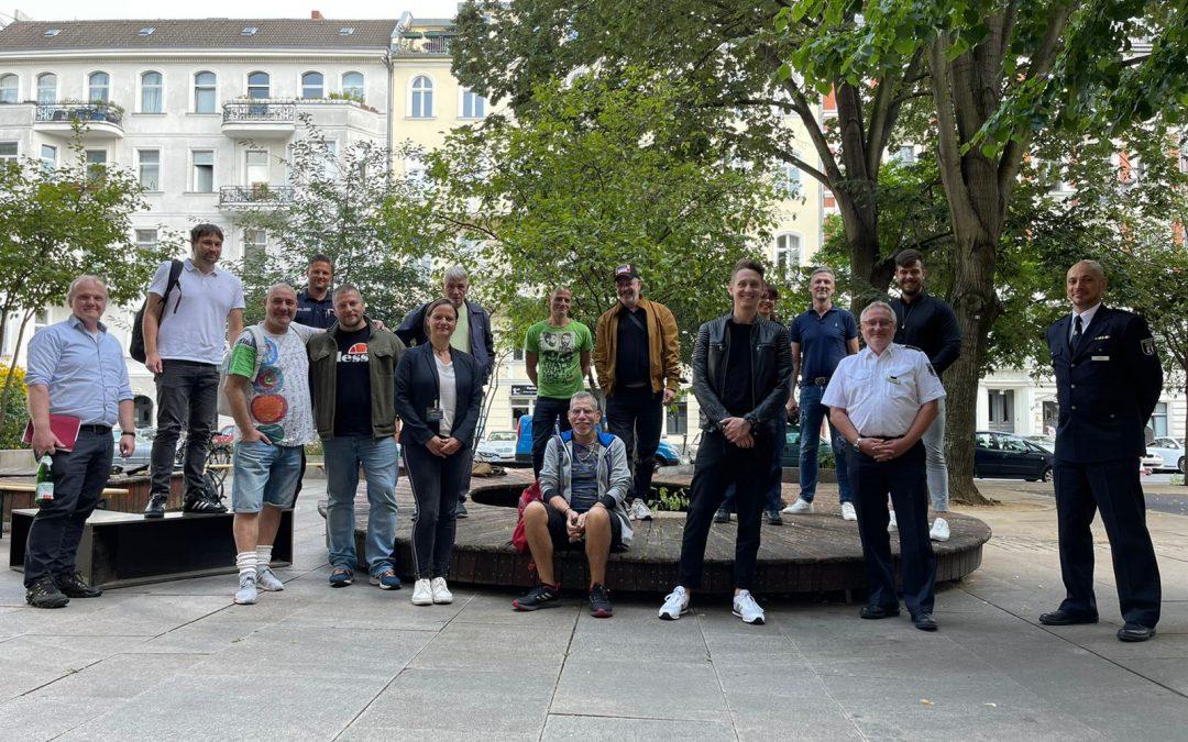 Nachgespräch im Regenbogenkiez mit Wirt*innen und Polizei Berlin